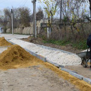 Идёт строительство тротуарной дорожки к детскому садику №2