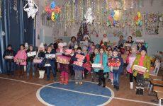 (ФОТО) В лицее им. Бориса Янакогло 132 ученика начальных классов получили Рождественские подарки от примэрии
