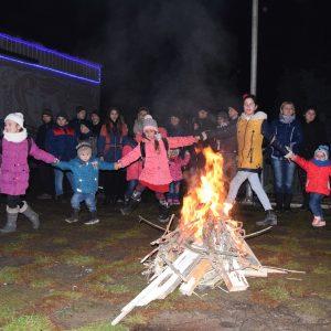 (ФОТО) Жители Копчака провели масленицу праздничным концертом, танцами и традиционным костром перед ДК