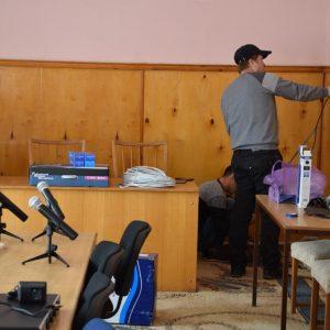 Зал заседаний местного совета примэрии оборудован микрофонами и онлайн транслирующим оборудованием