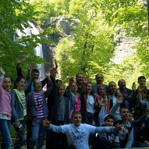 Мэр Мустафакемальпаша Sadi Kurtulan лично провёл экскурсию детям из Копчака к водопаду «Suuçtu Şelalesi»
