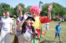 Более тысячи порций мороженного, игры с клоунами, рисунки на асфальте — в Копчаке масштабно отметили день защиты детей