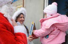 Накануне Рождества Дед Мороз и Снегурочка лично поздравили с подарками 65 детей