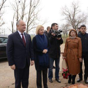 Игорь Додон и Ирина Влах посетили Копчак, навестив семью Ботезат и поздравив работников колхоза с Днем работника сельского хозяйства