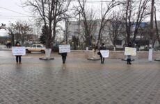 Второй день в Комрате проходит акция протеста жителей сел Автономии перед Исполкомом в связи с финансовым ущемлением