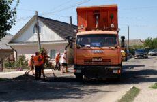 По центральной улице с. Копчак проводится ямочный ремонт.