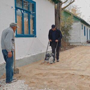 (Video) В лагере «Сокол» ведутся работы по укладке дорожек из брусчатки